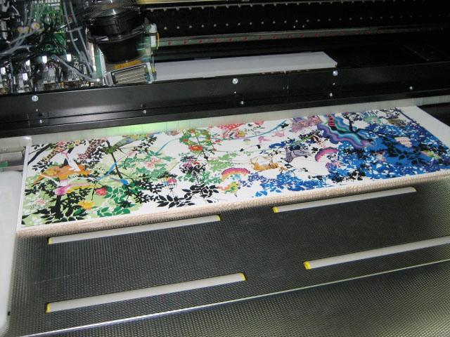 カラーダンボール家具テーブルの製作事例:カット中