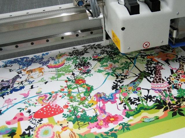 カラーダンボール家具テーブルの製作事例:印刷プリント中