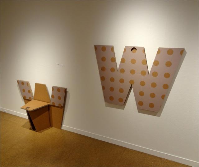 強化ダンボール製壁掛けテーブル&チェア「W」