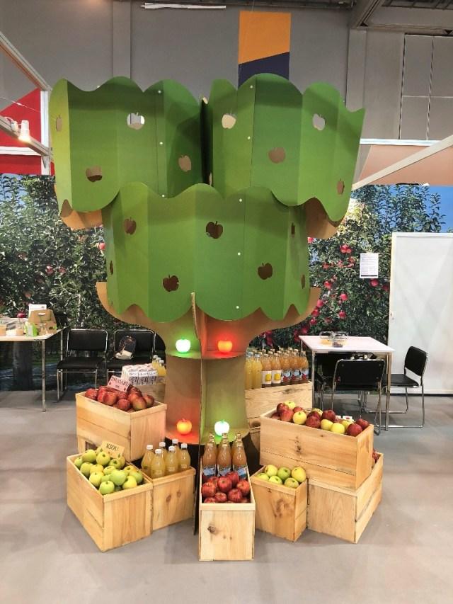 海外展示会用ツリーオブジェ「リンゴの木」