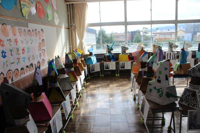 文化祭でダンボール工作かぶりものと椅子の展示